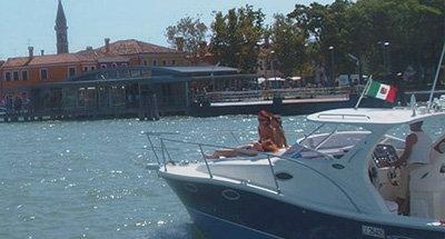 Famiglia a bordo di una barca in Italia