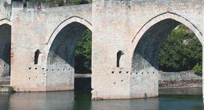 Gli archi del ponte Valentré nel Lot