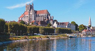 Chiesa ad Auxerre, con vista sul fiume