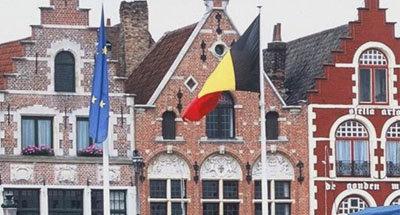 Bandiera belga e facciata di una casa nelle Fiandre
