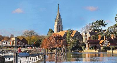 Antica città inglese sul fiume Tamigi