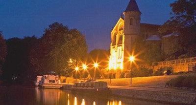 Barche ormeggiate di notte sul Canal du Midi