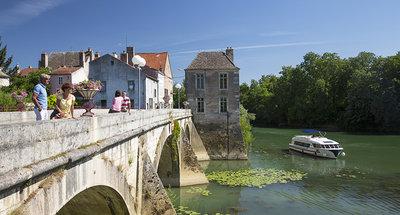 Barca Vision che attraversa la Borgogna