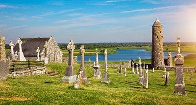 Antiche rovine di un monastero a Clonmacnoise