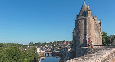Castello di Josselin e barca Le Boat in Bretagna