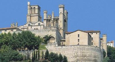 Cattedrale su una collina lungo il Canal du Midi