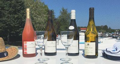 Bottiglia di vino su una barca Le Boat