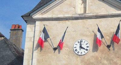 Bandiera francese e orologio su un edificio