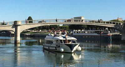 Barca Vision che naviga sulla Charente