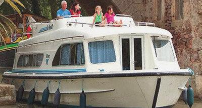 Barca Salsa passando sotto un ponte sul Canal du Midi