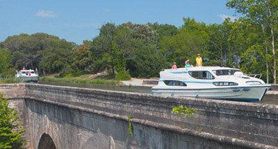 Barche Le Boat navigandosu un acquedotto