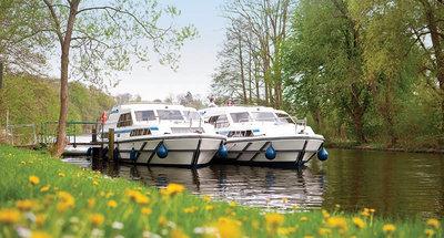 Due barche Le Boat ormeggiate in campagna