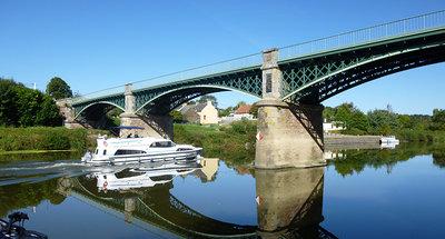 Navigazione sotto un ponte a Messac