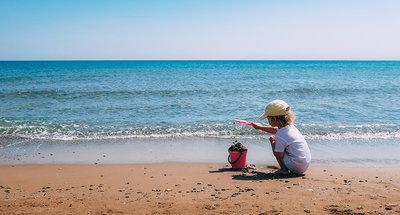 Bambina che gioca sulla spiaggia