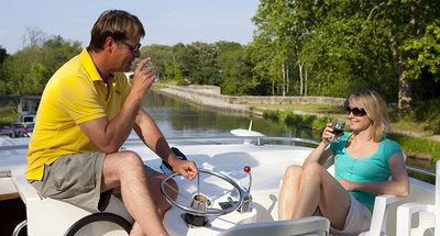 Assaggio di vino della Borgogna sul ponte della barca
