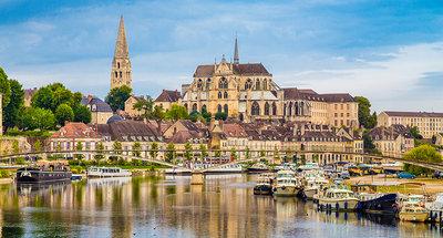 La città di Auxerre sul fiume