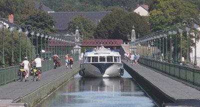 La barca Vision sul ponte-canale di Briare
