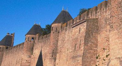 Mura della città fortificata di Carcassonne vicino al Canal du Midi