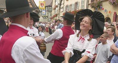 Una donna e un uomo che ballano in abiti tradizionali