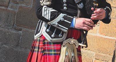 Suonatore di cornamusa in kilt
