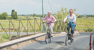 Su un ponte del Canal du Midi in bicicletta