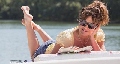 Donna che legge un libro