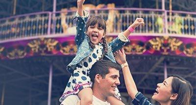 Un bambino sulle spalle di suo padre