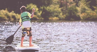 Bambino su una tavola da paddle