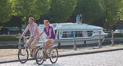 Passeggiata in bicicletta lungo il canale