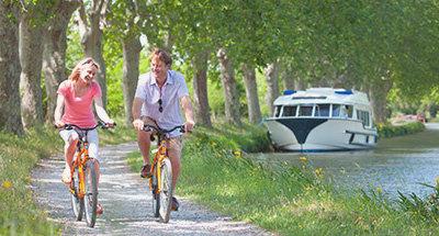 Coppia in bicicletta su una strada dicampagna