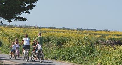 Una famiglia passeggiando in bicicletta, Charente