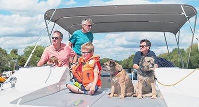 Famiglia a bordo di una barca Horizon sul Tamigi
