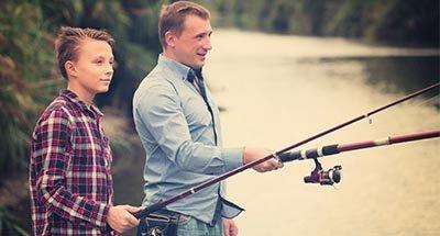 Padre e figlio che pescano