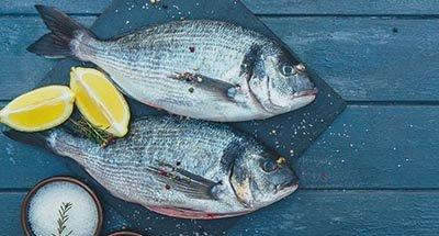 Piatto di pesce con limone