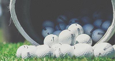 Palline da golf che cadono da una borsa