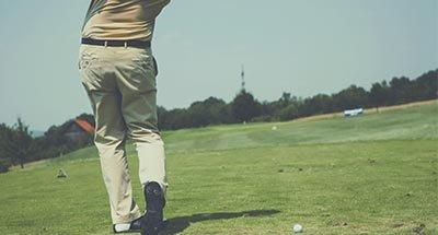 Giocatore di golf che fa uno swing