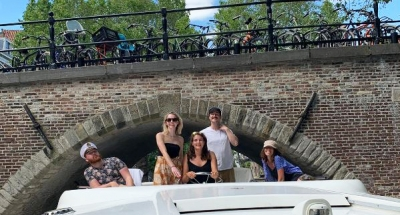 Gruppo di amici sul ponte superiore della Horizon