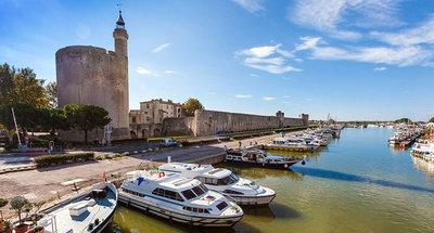 Città di Aigues-Mortes e barche Le Boat