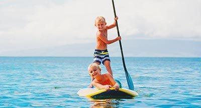 Due ragazzi che fanno paddle-board