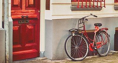 Bicicletta e porta rossa