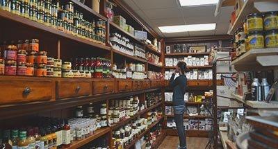 Shoppingnella boutiqueKilborn's a Newboro, sul Canale Rideau