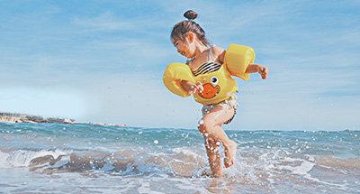 Bambini che fanno surf