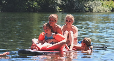 Divertimento in famiglia su stand up paddle