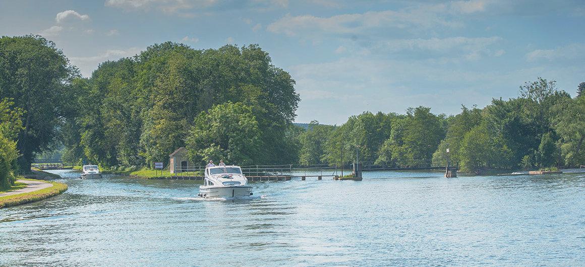 Barca che naviga in Loira Nivernais