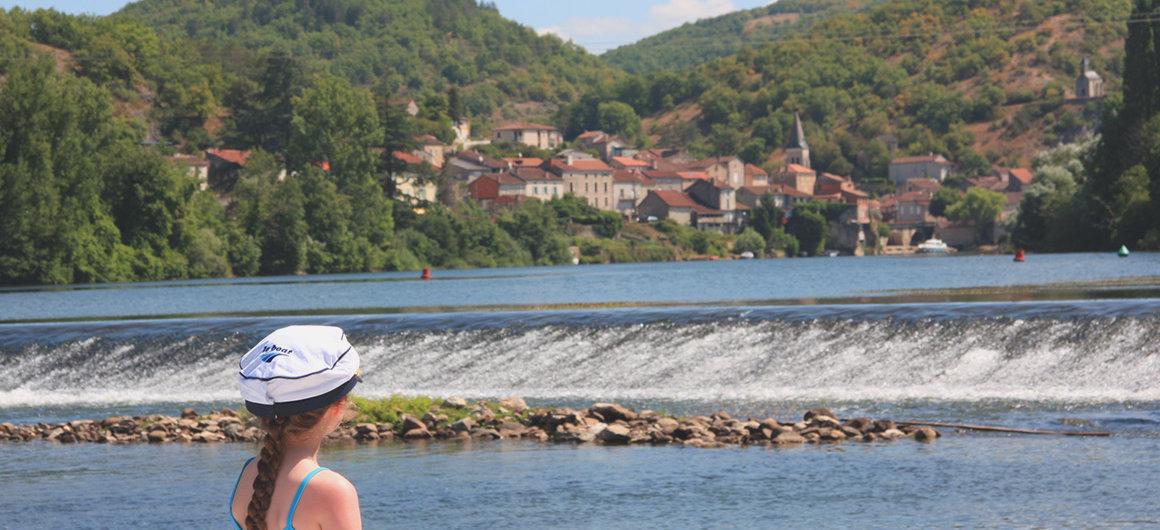 Con un cappello Le Boat, ammirando la diga
