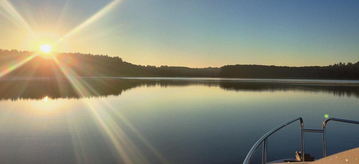 Barca Royal Mystique sul lago Müritz al tramonto, Germania