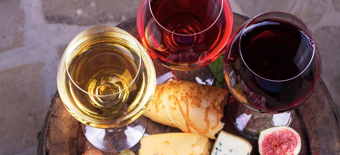 Vino rosso, rosato e bianco con un piatto