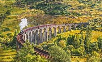 Viadotto della ferrovia di Glenfinnan con il treno a vapore Jacobite