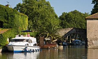 BarcaLe Boatormeggiata a Le Somail, Canal du Midi