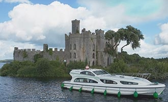Imbarcazione Emerald Star davanti all'Isola di Castel sul Lough Key